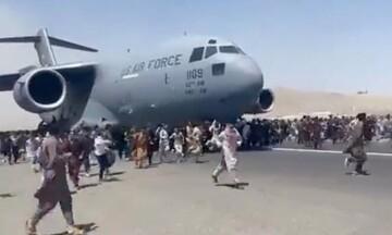 Βίντεο σοκ από την Καμπούλ: Αφγανοί «γαντζώνονται» στα αεροπλάνα για να εγκαταλείψουν το Αφγανιστάν