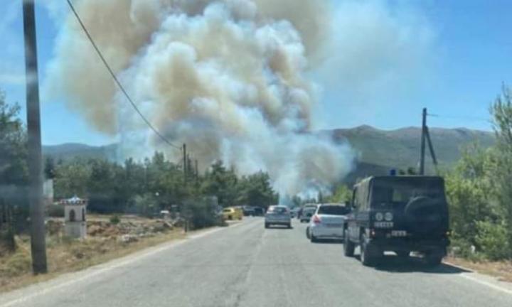 Διακοπές κυκλοφορίας στα Βίλια λόγω της πυρκαγιάς