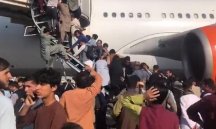 Χάος στο Αφγανιστάν -Εκτός ελέγχου πλήθος στο αεροδρόμιο της Καμπούλ - Τουλάχιστον πέντε νεκροί