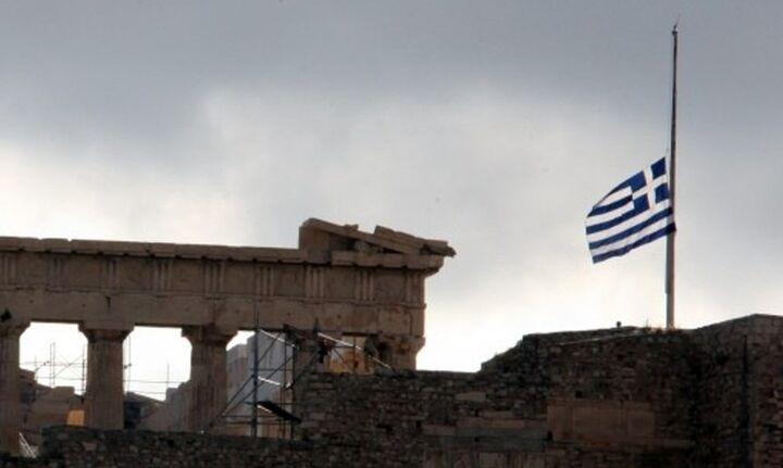 Μεσίστιες οι σημαίες και αναστολή δημόσιων εορταστικών εκδηλώσεων για την απώλεια Μίκη Θεοδωράκη