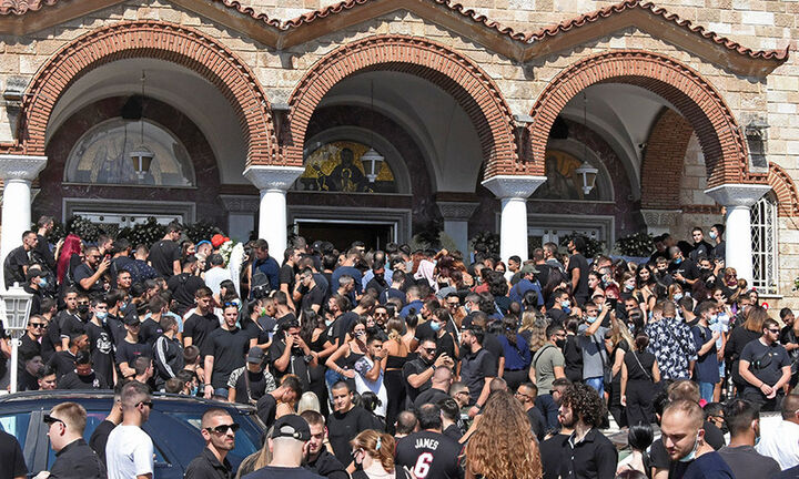 Mad Clip: Πλήθος κόσμου στο «τελευταίο αντίο» του τράπερ- Live η κηδεία του