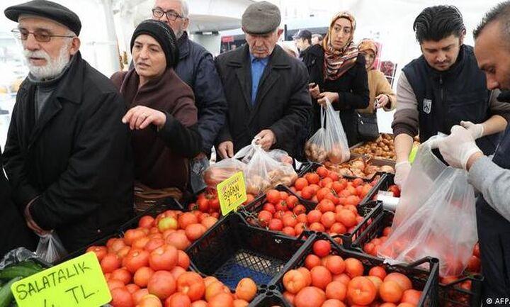 DW: Ακρίβεια και φτώχια «θερίζουν» την Τουρκία - Κάνουν «παζάρια» ακόμα και για αναψυκτικά
