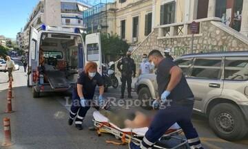 Θρίλερ στη Λαμία: Άνδρας έκοψε τις φλέβες του στη μέση του δρόμου (vid)