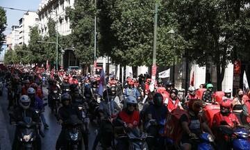 Μοτοπορεία διαμαρτυρίας των διανομέων στο υπουργείο Εργασίας παρά την «αναδίπλωση» της efood