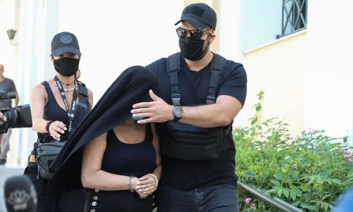Επίθεση με βιτριόλι: Εμφανίστηκε στον εισαγγελέα ο φερόμενος ως συνεργός της κατηγορούμενης