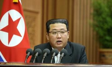 Τι συμβαίνει με τον Κιμ Γιονγκ Ουν; Εμφανίστηκε αγνώριστος σε ομιλία του (pic & vid)