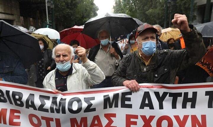 Υπό καταρρακτώδη βροχή η συγκέντρωση διαμαρτυρίας των συνταξιούχων για το ασφαλιστικό