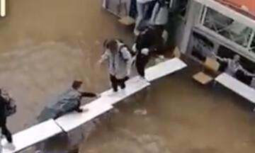 Κακοκαιρία «Μπάλλος»: Μαθητές στη Νέα Φιλαδέλφεια έφτιαξαν γέφυρα από θρανία για να απεγκλωβιστούν